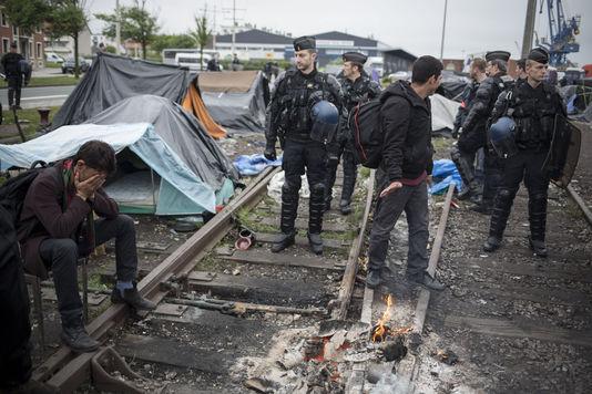 4427631_6_6a5d_l-evacuation-par-la-police-de-plusieurs-camps_4cec94855f192000f47146bd315dfe7a